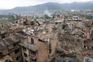 Squadre di ricerca e soccorso al lavoro tra le macerie degli edifici - - Vhaktapur, Nepal, 27 aprile 2015 (EPA/ABIR ABDULLAH)